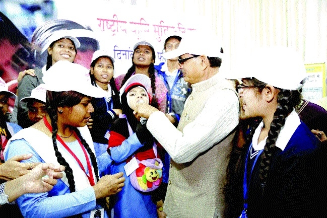 CM Chouhan administers de-worming tablets to kids