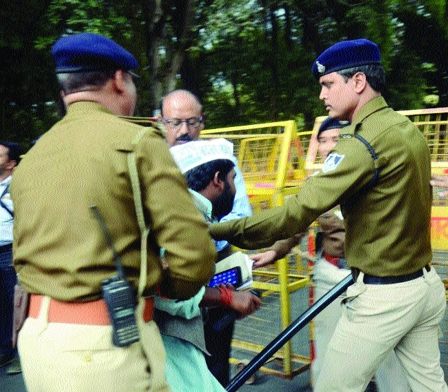 Police cane charge protesting AAP workers