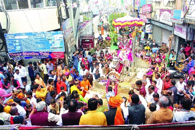 Devotees throng temples on Mahashivratri