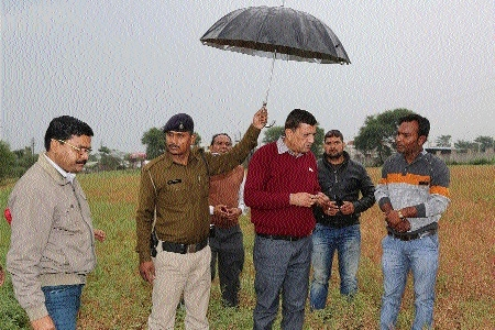 Collector Choudhary inspects crops after unseasonal rains