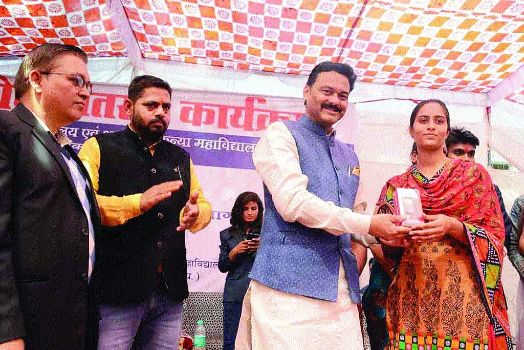 Positive approach must for constant progress: MoS Pathak