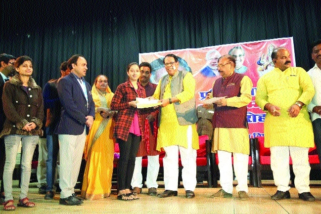 Minister Gupta gifts cheques of Rs 5k to outstanding students