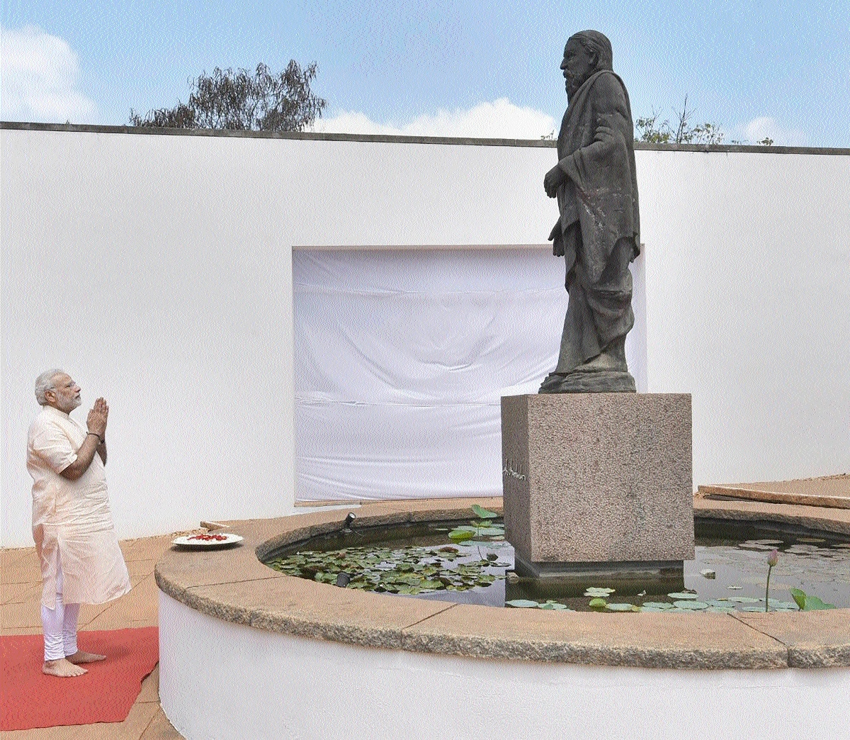 PM Narendra Modi paying homage at the statue of Sri Aurobindo in Puducherry