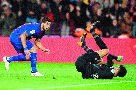 Suarez 'trick extends six-goal Barca's La Liga lead