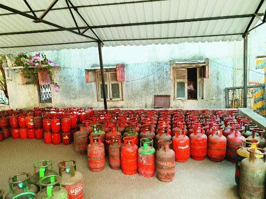 MIDC police arrest private gas distributor