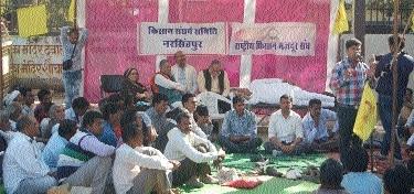Agitating farmers burn CM's effigy
