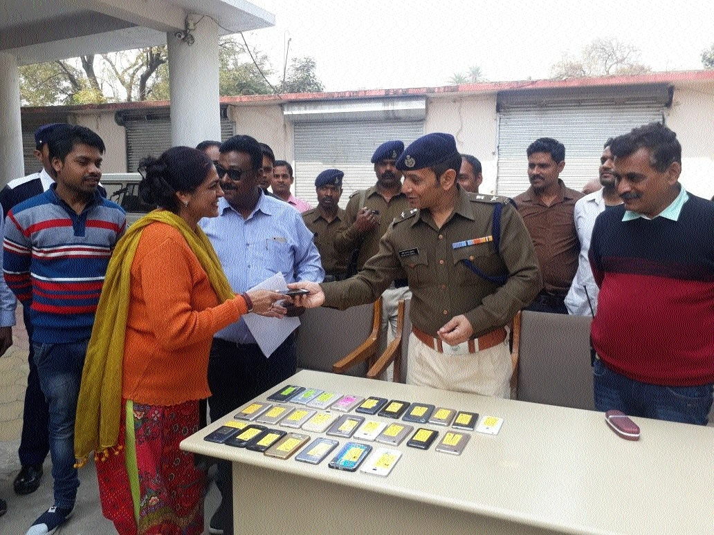 SP, Shukla returns 25 lost mobile handsets to owners