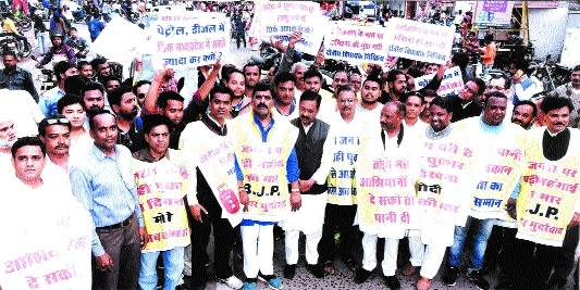 Congress takes out protest march against anti-encroachment drive