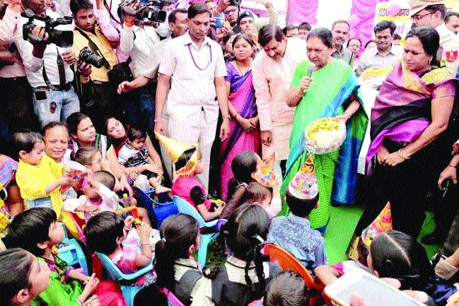 Governor Patel reaches Anganwadi Kendra in Ujjain