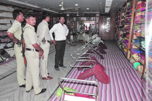 Sampat saree showroom burgled, 3.40 lakh stolen