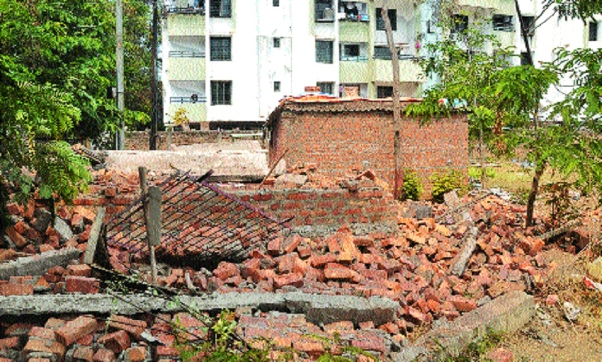 NIT razes illegal construction at Gawande Lay-out