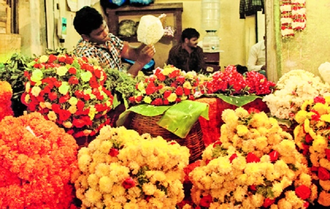 Excess supply pulls down flower prices