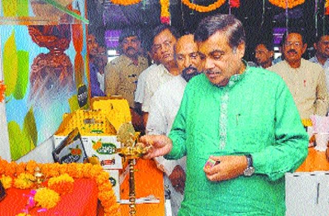 Gadkari opens first orange selling outlet at Nagpur airport
