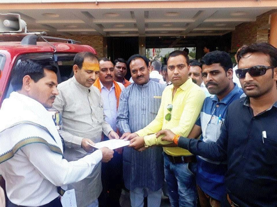 Meter readers submit memo to Rajya Sabha MP Ajay Singh