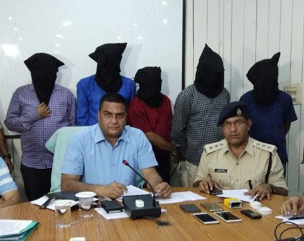 Five arrested for duping people to tune of Rs 14 lakh in name of contracts