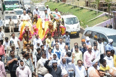 MLA Awasthi reaches PHE Deptt riding on camel to protest water crisis
