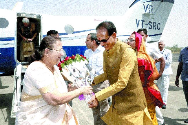 CM, wife welcome LS Speaker Mahajan