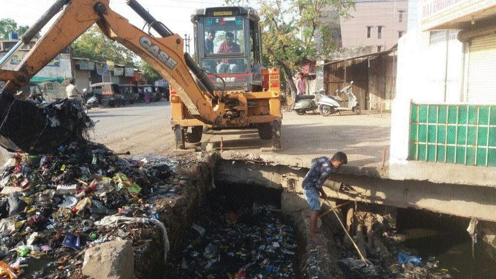 Massive drainage cleaning drive in Raipur