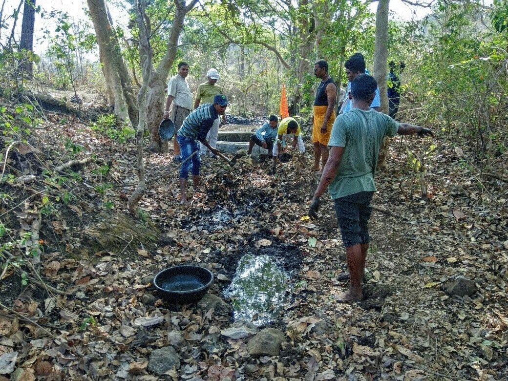 Villagers carry out Kar Seva for Nandiya river at Jamunjhir