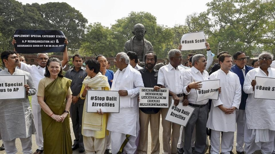 Sonia, Rahul join Oppn protest at Parliament