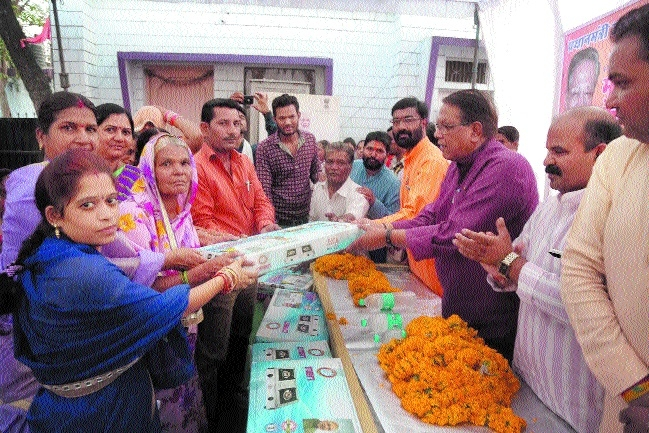 Minister Umashankar Gupta distributes free LPG connections among women