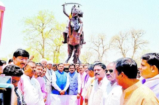 Singh unveils statue of Rani Awanti Bai