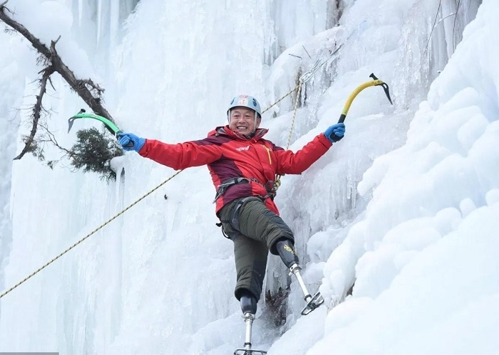 70-year-old Chinese double amputee scales Mount Everest