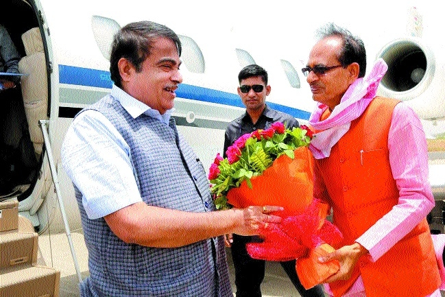 CM accords warm welcome to Nitin Gadkari