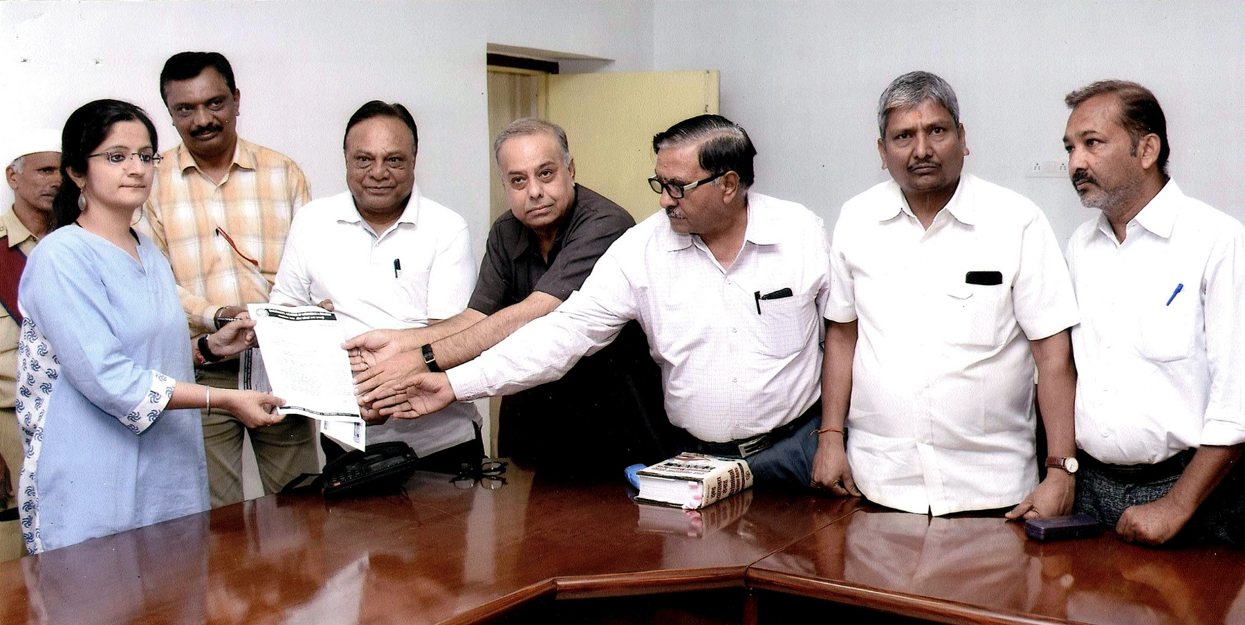 Delegation of MCCI meets Collector, demands fair action in building collapse matter
