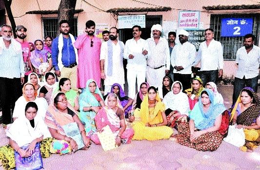Residents of slum area protest irregularities in electricity bills