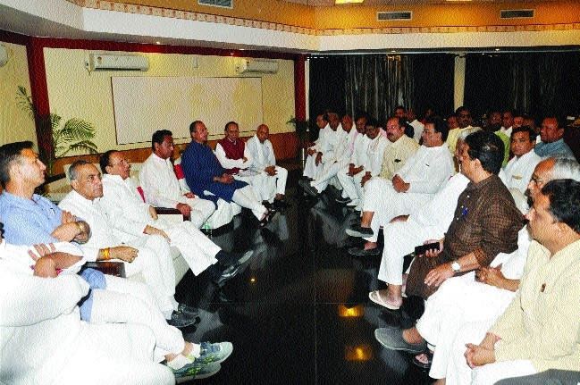 Kamal Nath calls on MLAs to strengthen party in constituencies
