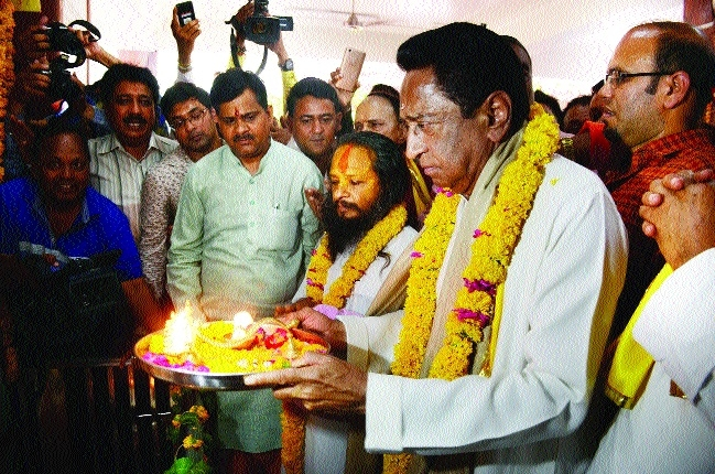 Kamal Nath visits Hanuman temple to seek blessings