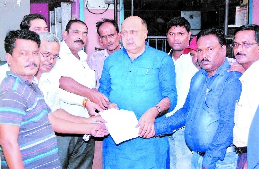 Citizens submit memo to MLA Rohani for road construction work