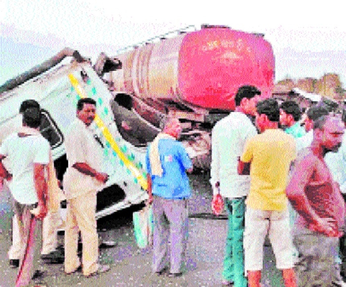 4 injured as bus collides with oil tanker