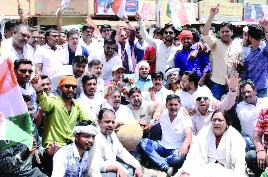 Cong workers stage dharna against water crisis at JMC Division office