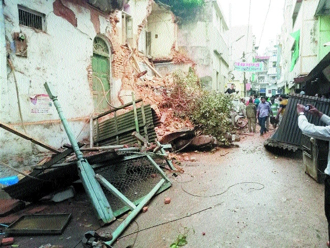 House wall collapses in thunder showers at Chowk area