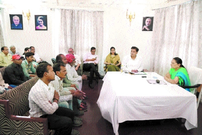 Governor Patel discusses issues of PM's schemes with beneficiaries