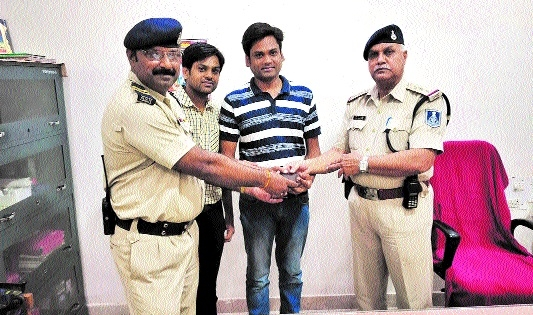 Constable Brijendra Singh Kasana rewarded by SP for his honesty