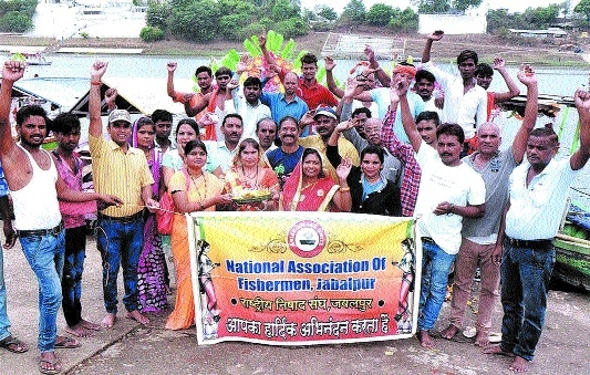 Fishermen community organises cleanliness drive at Gwarighat