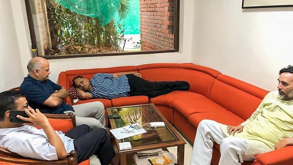 Sit-in by Kejriwal at L-G office enters third day
