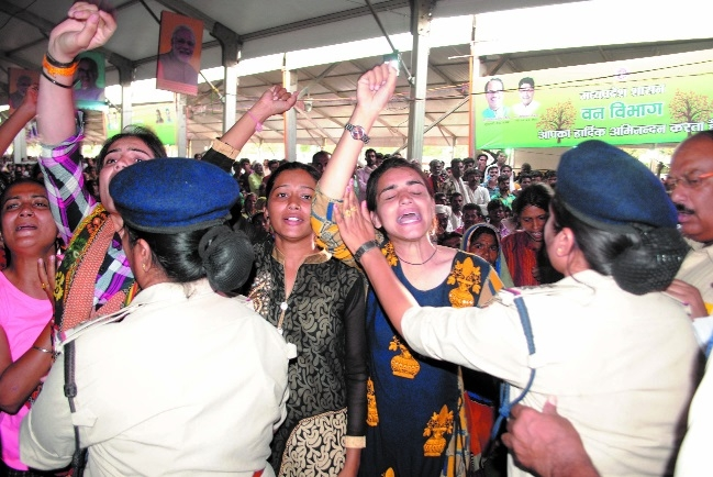 Aspirant women constable candidates protest during Chief Minister's function