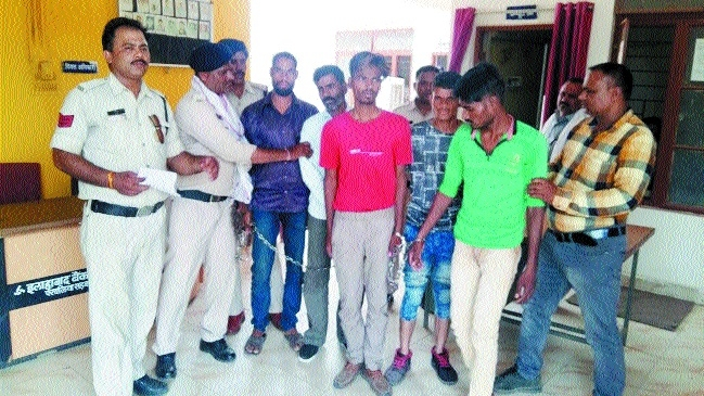 Robbery bid at petrol pump foiled, 5 held