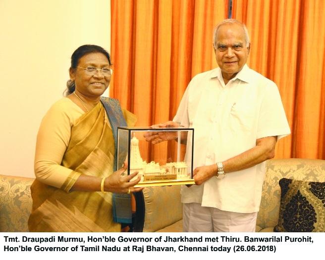 TN Governor Banwarilal Purohit presenting a memento to Jharkhand Governor Draupadi Murmu