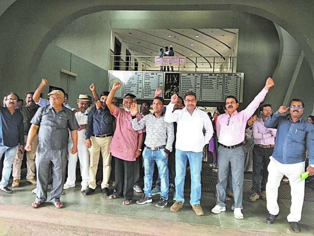 Government employees' agitation hampers work at Indravati Bhawan