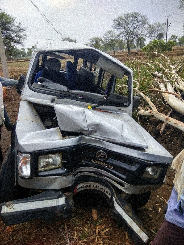 3 killed, 12 injured as SUV rams into tree
