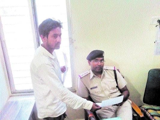 Constable accused of seeking bribe in Waraseoni