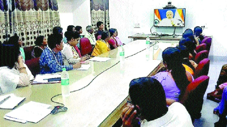 PM interacts with 15 beneficiaries of Gharkul project