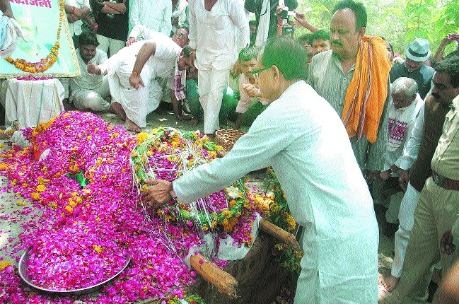 Chouhan attends Swami Lodhi's funeral