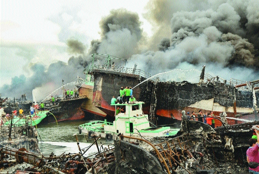 Massive fire rips through Bali port