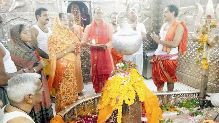CM Chouhan, wife offer prayers at Ujjain's Lord Mahakaleshwar Temple